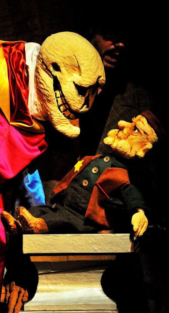 Das Leben ist wie ein Fisch an der Wand Juedische tragikomische Geschichten fŸr Erwachsene erzaehlt von Sven Staecker und seinen Puppen mit Musik von Schmarowotsnik Vorpremiere: 6. November 08, Trauminsel Schleswig Premiere: 8. November 08, Dr. Bamberg-Haus, Rendsburg